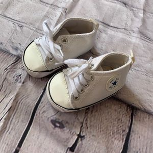 Back and white baby shoes...baby girl shoes...chevron print shoes...